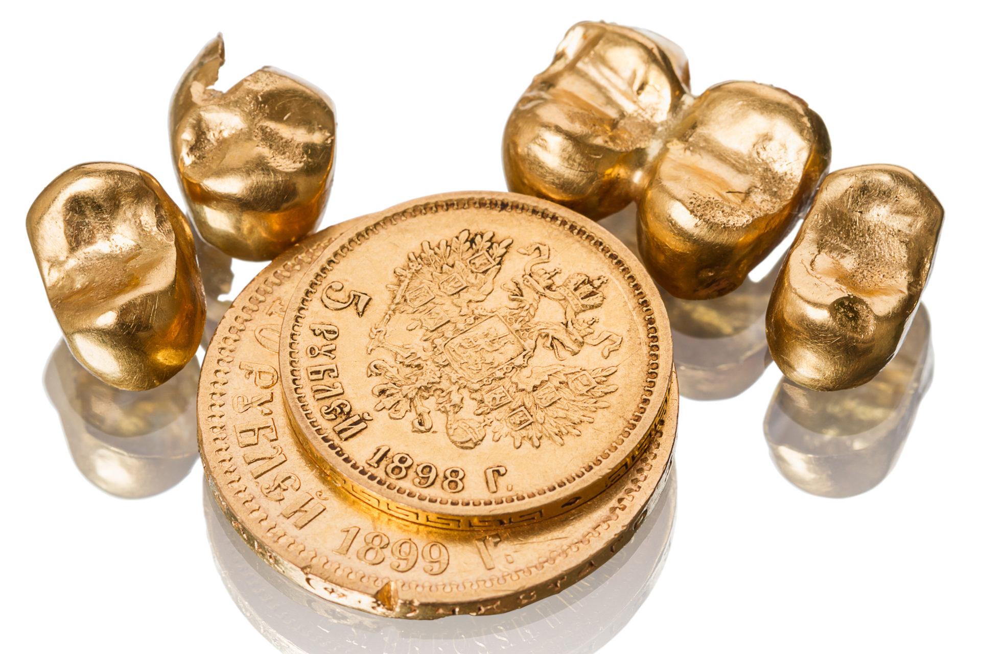 Gold dental crowns and old coin_Zahngold-verkaufen_Zahngold-ankaufen_Zahnkrone aus Gold_Aurax Edelmetallhandel GmbH, Ist es notwendig persönlich in die Filiale zu kommen, um mein Zahngold zu verkaufen?